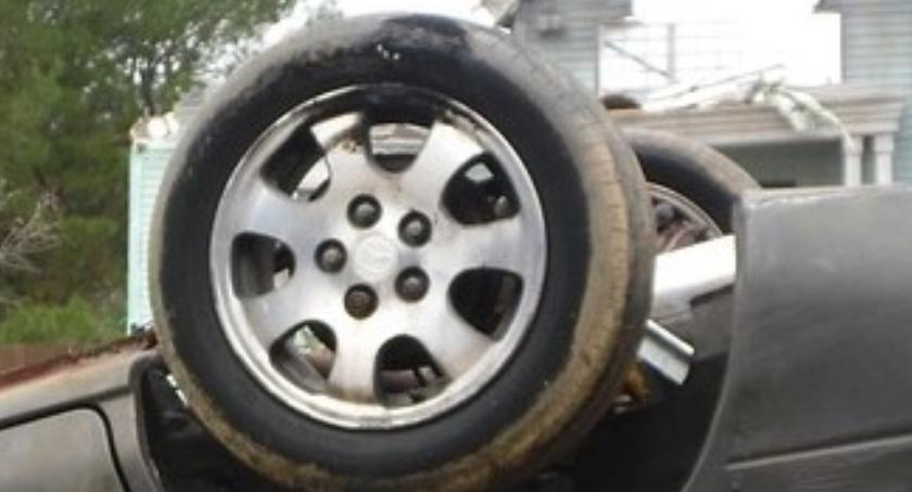 Dachowanie na rondzie Unii Europejskiej po zderzeniu dwóch samochodów