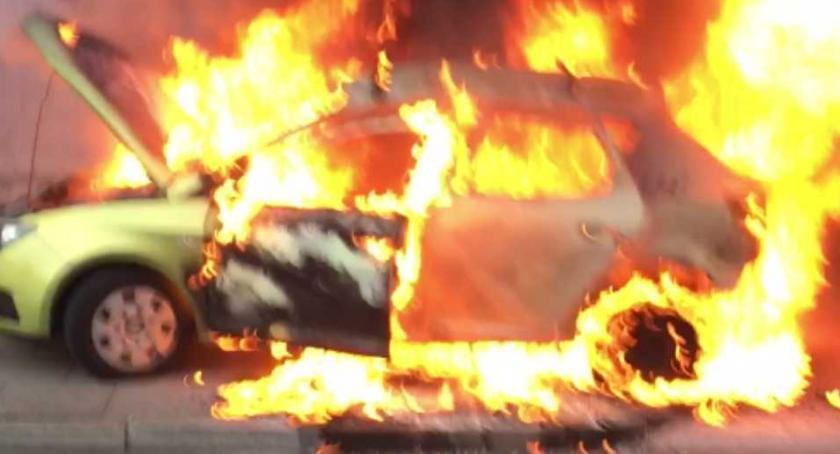Pożar samochodu osobowego przy ulicy Wawelskiej (fotorelacja)
