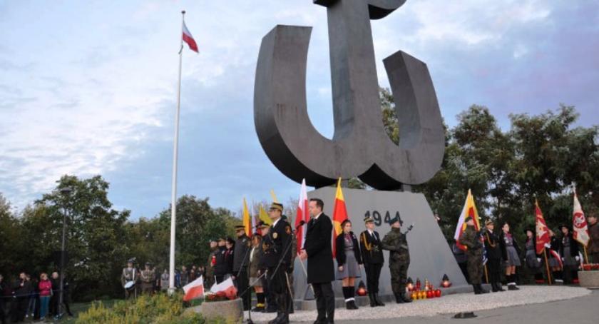 Zgasł ogień pamięci na Kopcu Powstania Warszawskiego przy ul. Bartyckiej