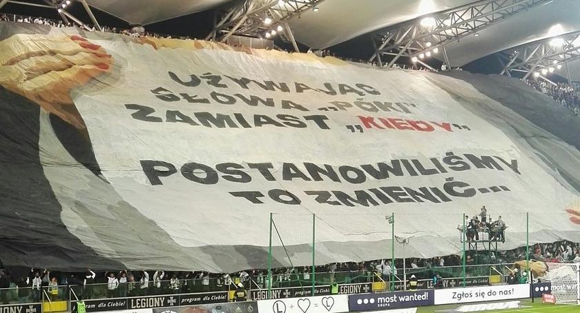 Sprawa banerów z napisem #Póki? została wyjaśniona. To kibice Legii Warszawa…