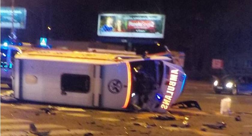Karetka pogotowia zderzyła się z autem osobowym u zbiegu ulic Bonifacego i Sobieskiego