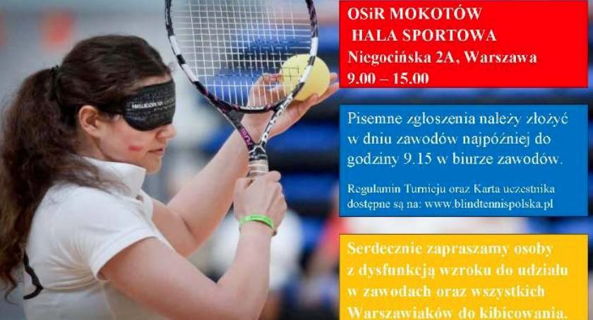 Zdjęcie przedstawia plakat wydarzenia, kobietę uprawiającą sport, tenis ziemny, z zasłoniętymi oczami.