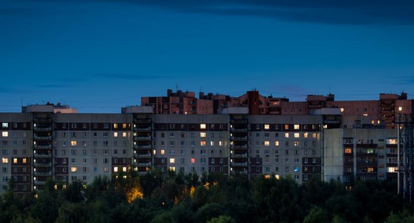 Nocne i niebezpieczne spacery po dachu...