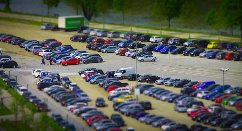 Handel i usługi, zwrócić uwagę wyborze parkingu blisko lotniska - zdjęcie, fotografia