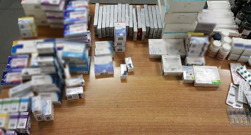 Bezpieczeństwo, Znaleziono domową aptekę nielegalnymi lekami narkotykami - zdjęcie, fotografia