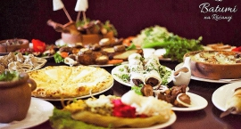 Mokotowskie knajpy z dowozem na majowy weekend: Pizza na wypasie, Burger Slow Food, Batumi