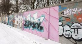 Wracają graffiti na ogrodzeniu torów jazdy konnej na Służewcu