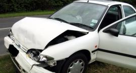 Pijany 41-latek walnął w znak drogowy, przejechał policjanta i uszkodził trzy auta, miał 2 promile