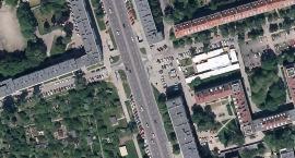 Kawał betonu z elewacji domu przy Alei Niepodległości 90 spadł na chodnik, obyło się bez ofiar