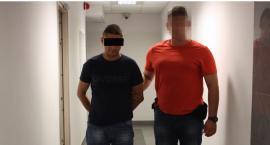 Tajni policjanci po cywilnemu nakrywają handlarzy narkotyków na Mokotowie