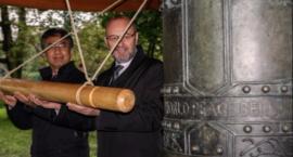 Nowy Dzwon Pokoju bije po raz trzeci w nowym miejscu przy Służewskim Domu Kultury
