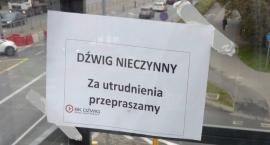 """Zatrzymane w kadrze przed Domem Kultury Kadr: """"Za utrudnienia przepraszamy"""""""