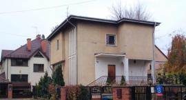 Na starej Sadybie kolejny dom idzie pod młotek licytacji, przy ul. Zakręt – obok kościelnego dzwonu