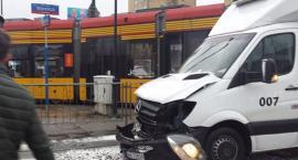 Na skrzyżowaniu Woronicza i Niepodległości tramwaj zderzył się z ciężarówką i wypadł z szyn