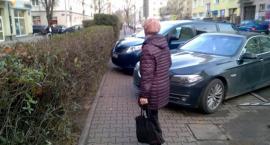 Refleksje uliczne: XXI wiek na Madalińskiego. Ten slalom między autami będzie wieczny?