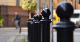 Rząd czarnych słupków na ulicach Dąbrowskiego i Madalińskiego ustawiony przeciw mieszkańcom?