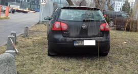 Mordor na Domaniewskiej o betonowych słupkach, które nie są w stanie zapobiec inwencji kierowców