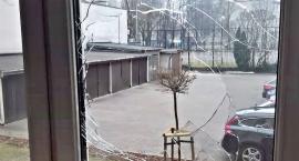 Przy ul. Promenady 5/7 sąsiedzi (?) obrzucili kamieniami dom starszego małżeństwa