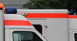 Dachowanie karetki pogotowia w alei Sikorskiego na skutek zderzenia z samochodem osobowym