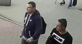 To oni ukradli ze sklepu laptopa? Jeśli ktokolwiek ich rozpoznaje, niech da znać policji…