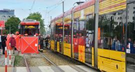 Kobieta, wpatrzona w smartfon, potrącona przez tramwaj linii 31 przy metrze Wierzbno, dziś bez nogi