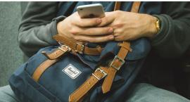 Uderzył kolegę butelką w głowę, a potem zabrał mu laptopa, smartfona, łańcuszek, zegarek i pieniądze