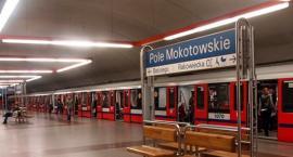 Na stacji metra Pole Mokotowskie młody mężczyzna wpadł pod pociąg. Nie żyje!