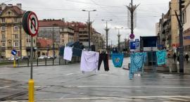 Na ulicach Warszawy, w różnych jej punktach centralnych, wisi… pranie! Kto je tam rozwiesił i po co?