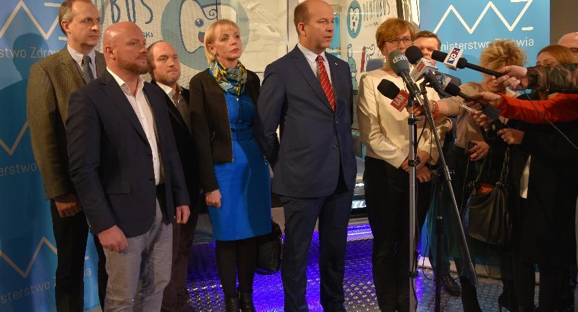 Służba zdrowia, Minister Konstanty Radziwiłł odebrał dentobusy - zdjęcie, fotografia