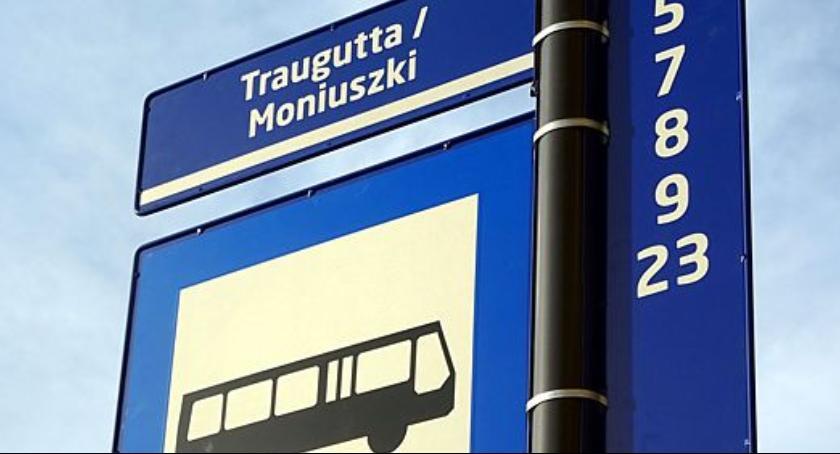 Komunikacja Miejska , słupki przystankowe montowane mieście - zdjęcie, fotografia
