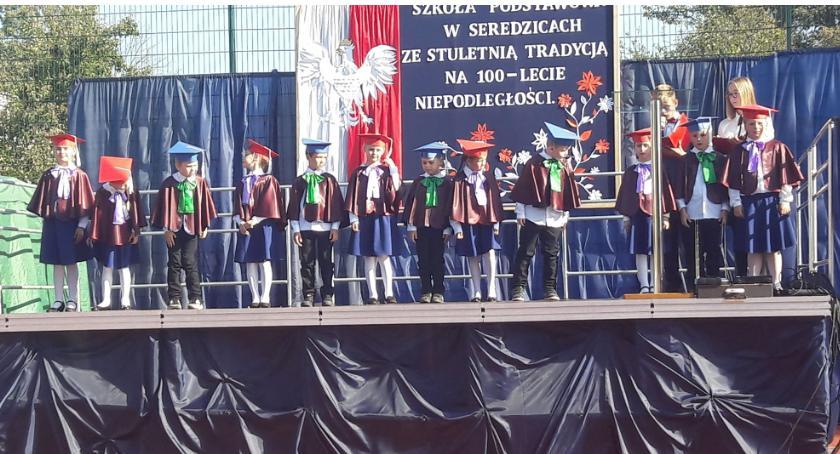 Powiat Radomski, Szkoła Seredzicach patrona sztandar [FOTO] - zdjęcie, fotografia