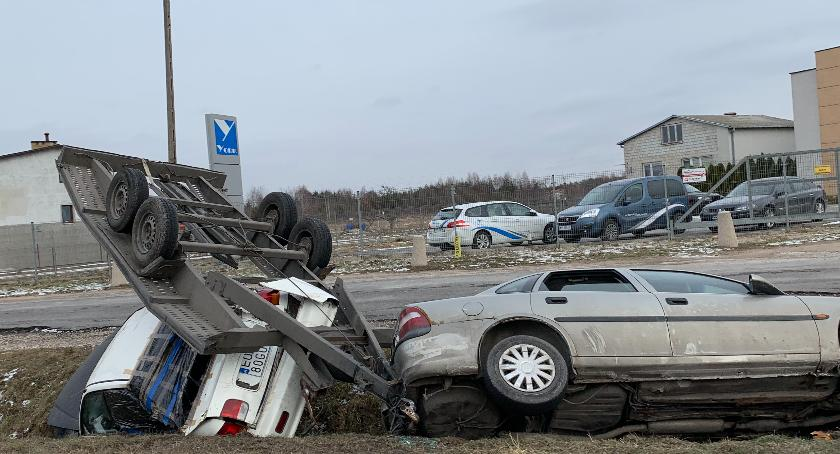 Wypadki, Rozbity samochód lawetą nadal rowie [FOTO] - zdjęcie, fotografia