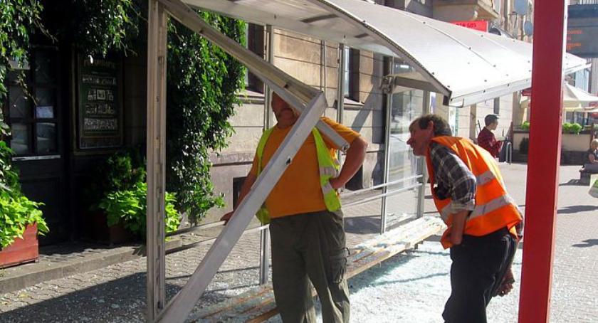 Informacje z Radomia i okolic , MZDiK Wandale dewastują przystanki wszyscy muszą potem płacić naprawy - zdjęcie, fotografia