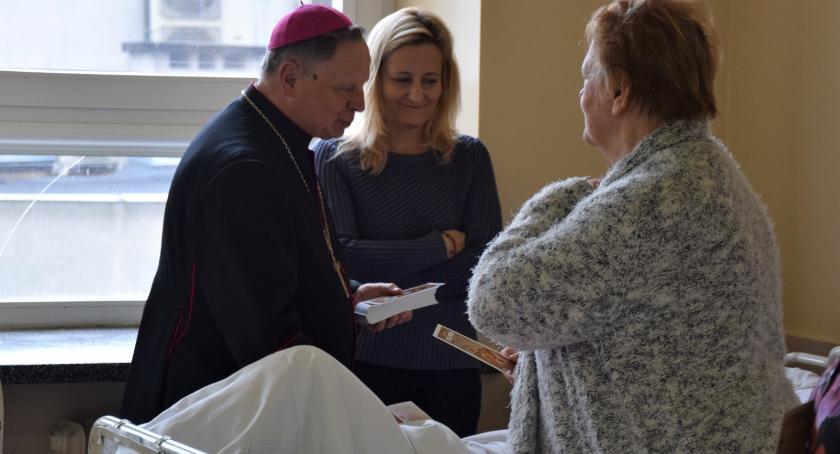 Informacje z Radomia i okolic , Biskup Henryk Tomasik modlił chorymi [FOTO] - zdjęcie, fotografia