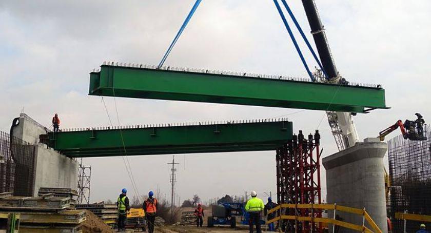 Inwestycje, Aleja Wojska Polskiego Rozpoczął montaż belek nowego wiaduktu - zdjęcie, fotografia