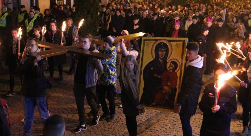 Komunikaty i ogłoszenia, Utrudnienia podczas dwóch procesji drogi krzyżowej - zdjęcie, fotografia