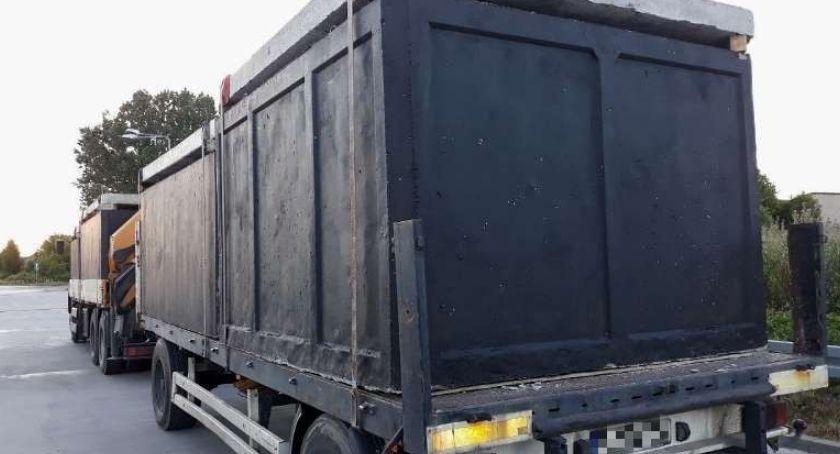 Interwencja, Ciężki transport betonowych szamb - zdjęcie, fotografia