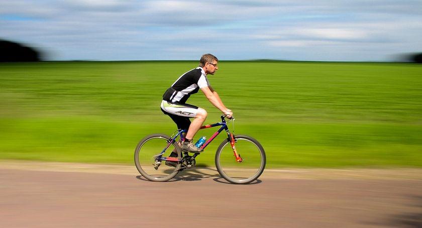 Komunikacja Miejska , Utrudnienia podczas przejazdu kolumny rowerzystów - zdjęcie, fotografia