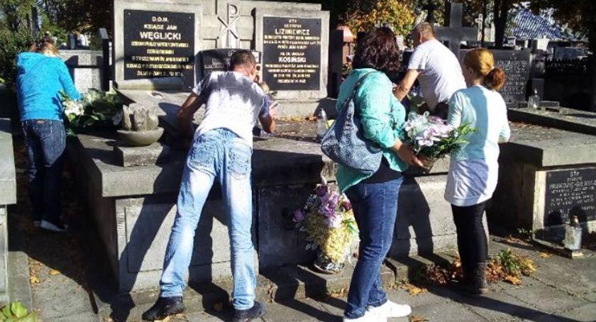 Informacje z Radomia i okolic , Akcja sprzątania grobów Pomogli bezdomni - zdjęcie, fotografia