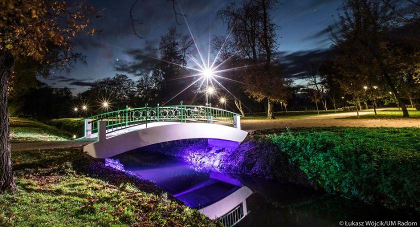 Informacje z Radomia i okolic , Iluminacja mostku zakochanych działa - zdjęcie, fotografia