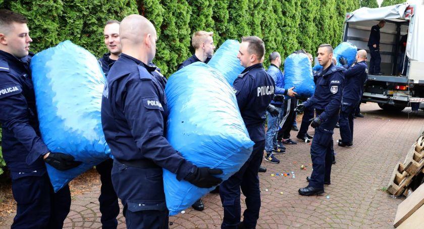 Informacje z Radomia i okolic , Policjanci zebrali ponad nakrętek chorego chłopca - zdjęcie, fotografia