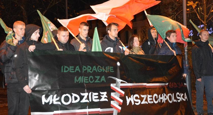 Felietony, Młodzież Wszechpolska zbiera podpisy imigrantów - zdjęcie, fotografia