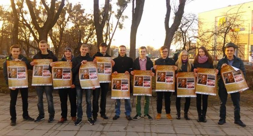 Wydarzenia, Młodzież Wszechpolska rozdawała plakaty okazji Walentynek - zdjęcie, fotografia