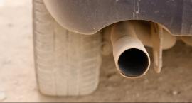 Policjanci prowadzą kontrole emisji spalin pojazdów
