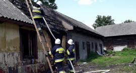 Pożar domu w Wierzbicy. Jedna osoba trafiła do szpitala [FOTO]
