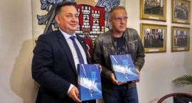 """""""Radomskie skrzydła w służbie Niepodległej"""". Kolejne wydawnictwo Rady Miejskiej [FOTO]"""
