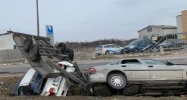 Rozbity samochód z lawetą nadal w rowie [FOTO]