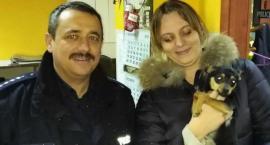 Zagubiony szczeniak wrócił do właściciela. Pomógł dzielnicowy