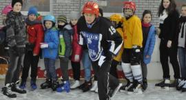 Przyjdź i zagraj w hokeja na lodowisku!