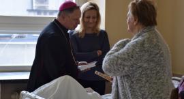 Biskup Henryk Tomasik modlił się z chorymi [FOTO]